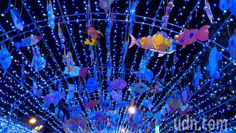 「牛年有餘」流星燈隧道掛了將近700隻各具特色的手工魚,大大小小魚兒隨風搖盪,遊客有如置身海底隧道,波光粼粼,浪漫繽紛。記者戴永華/攝影