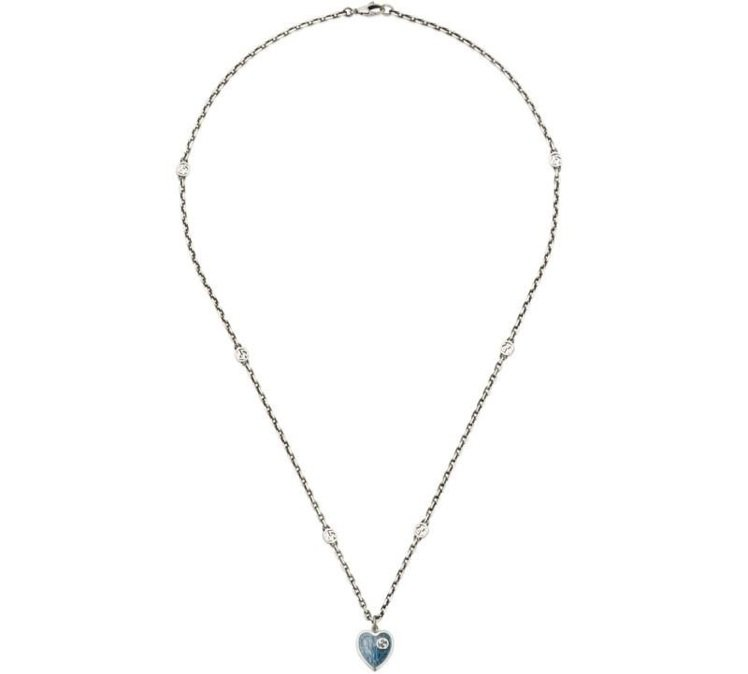 Interlocking G藍色琺瑯心形項鍊,12,100元。圖/Gucci提供