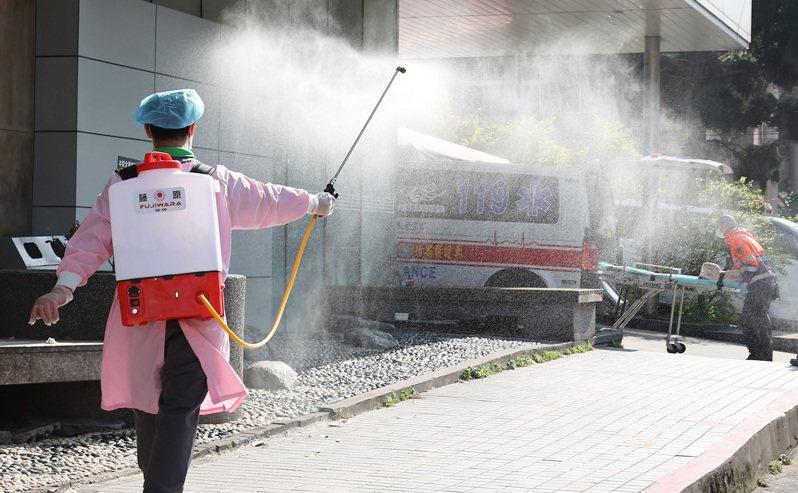 桃園平鎮某醫院外持續進行院內院外消毒作業。記者季相儒/攝影