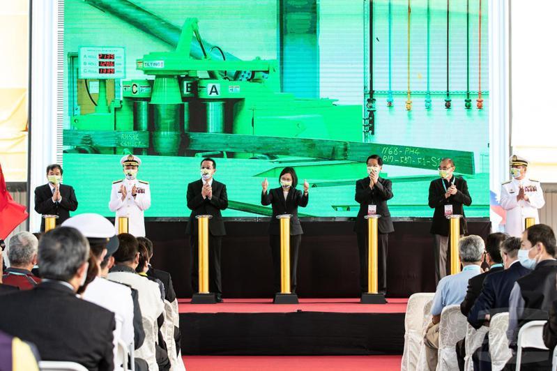 蔡總統去年11月4日南下主持「海軍潛艦國造開工典禮」,現場展示「海昌計畫」船段製造廠房。圖/軍聞社提供