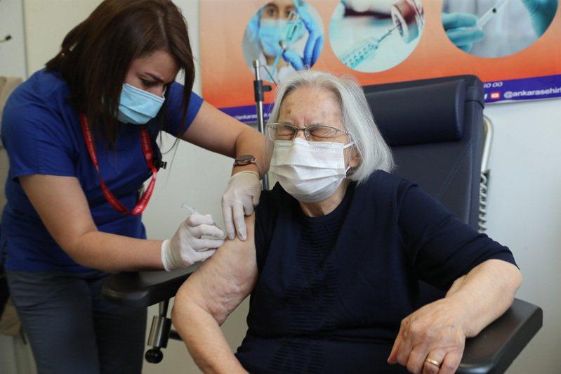 土耳其一名老婦人1月27日接種中國北京科興生技公司的CoronaVac疫苗。中國為了拚疫苗外交,反而在為國人施打疫苗方面進度落後歐美。法新社