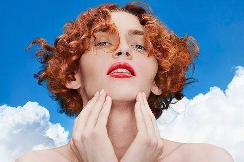 曾獲葛萊美獎提名的電子音樂製作人Sophie Xeon傳發生意外在希臘首度雅典逝世,得年34歲。他曾為樂壇天后瑪丹娜作了「Bitch, I'm Madonna」一曲,10多歲就開始創作,成了著名的音...