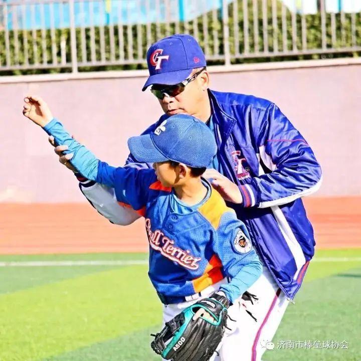 藉體育為兩岸青年交流架橋鋪路,是江仲豪現在最想做的事,圖為江仲豪訓練球員。圖/本報北京傳真