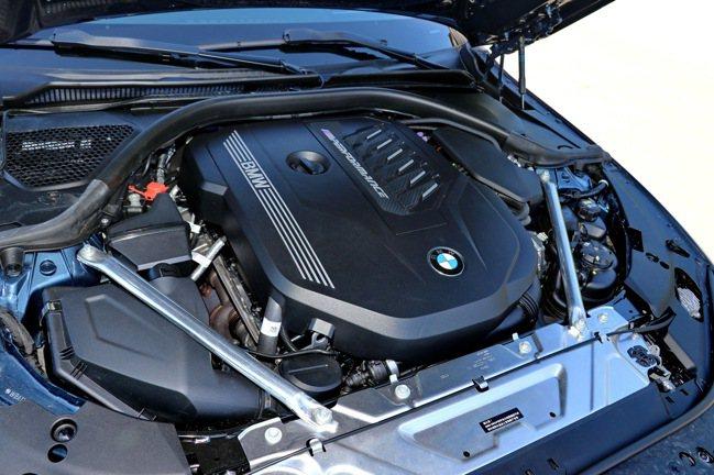 引擎蓋下植入的3.0升TwinPower Turbo直列6汽缸汽油引擎。記者陳威...