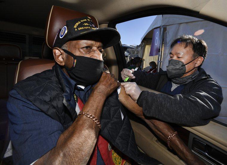 美國退役老兵吉格茲一月卅日在丹佛市接種新冠疫苗。(美聯社)