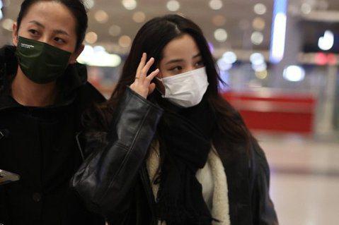 歐陽娜娜日前到北京參加春晚節目的彩排,不過卻被爆出在機場卻遇到一起騷擾事件,事後她在微博上發文報平安,工作室也發出聲明證實此事。歐陽娜娜1月31日飛到北京參加春晚節目彩排,準備要出機場時一名男子上前...