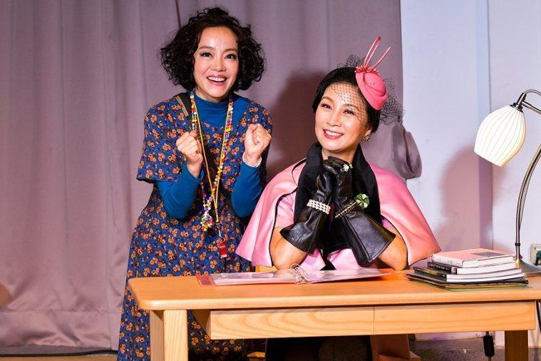 方文琳在舞台劇《明星養老院》當中飾演養老院院長,左為演員范瑞君。 圖/取自50+...