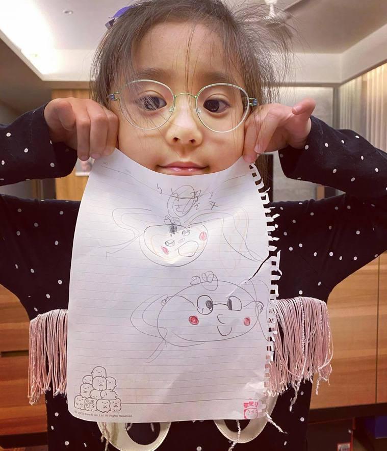 咘咘檢查出有弱視,所以要戴眼鏡。 圖/擷自賈靜雯臉書