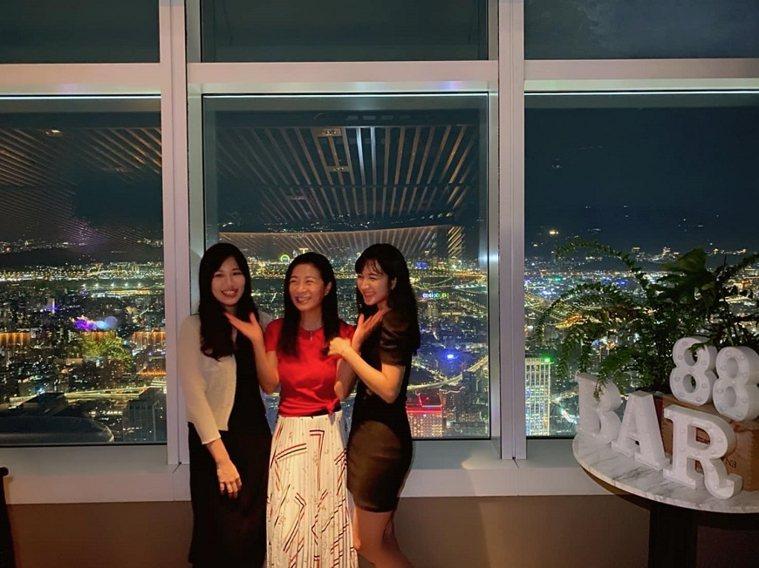 方文琳和2個女兒感情很親,但也練習給彼此獨立的空間。(出自方文琳FB) 圖/取自...