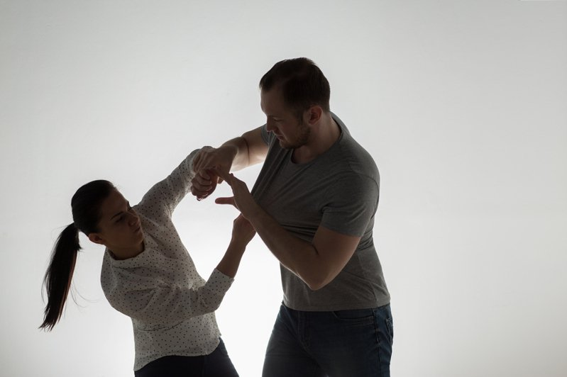 廣西一名少女日前因拒絕劉姓男子的求歡,遭劉男持刀追砍六刀。圖為示意圖。圖片來源/ingimage