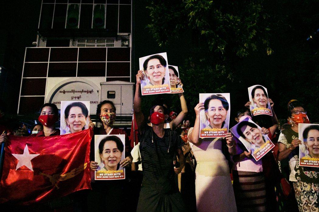 圖為2020年11月的緬甸大選。在緬甸民間依然極具威望的翁山蘇姬,仍率領NLD取...
