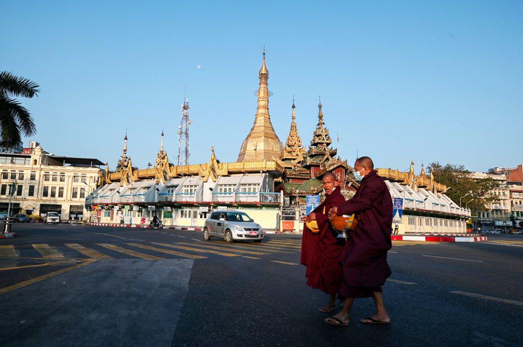 天亮後發現一夜變天的緬甸社會雖然緊張,但除了銀行出現「現金擠兌」的狀況外,氣氛肅...