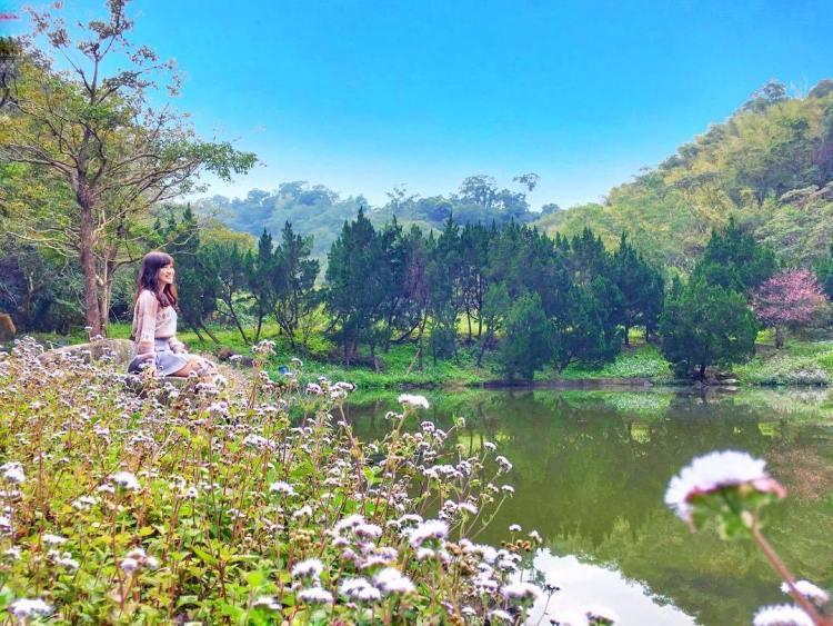 是個鮮為人知的秘境,保有原始的大自然風貌,山水壯闊的美景倒映在清澈的綠色池塘裡顯...