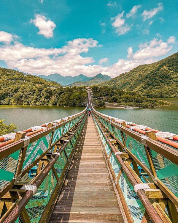 新溪口吊橋全長303公尺、寬1.2公尺,比屏東山川琉璃吊橋262公尺還長,是目前...