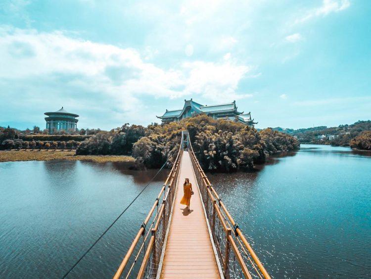 在橋上除了可一覽峨眉湖的粼粼波光,還能遠眺獅頭山、五指山、鵝公髻山,極佳的風景可...