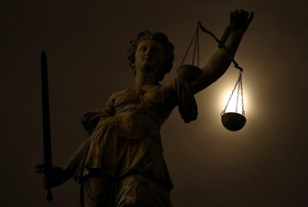這幾件震撼社會的司法人員重大負面事件,背後所涉及的盤根錯節金權勢力與升官議題,真的只是「公開調查」、「加強法律人倫理」這麼簡單而已嗎? 圖/路透社