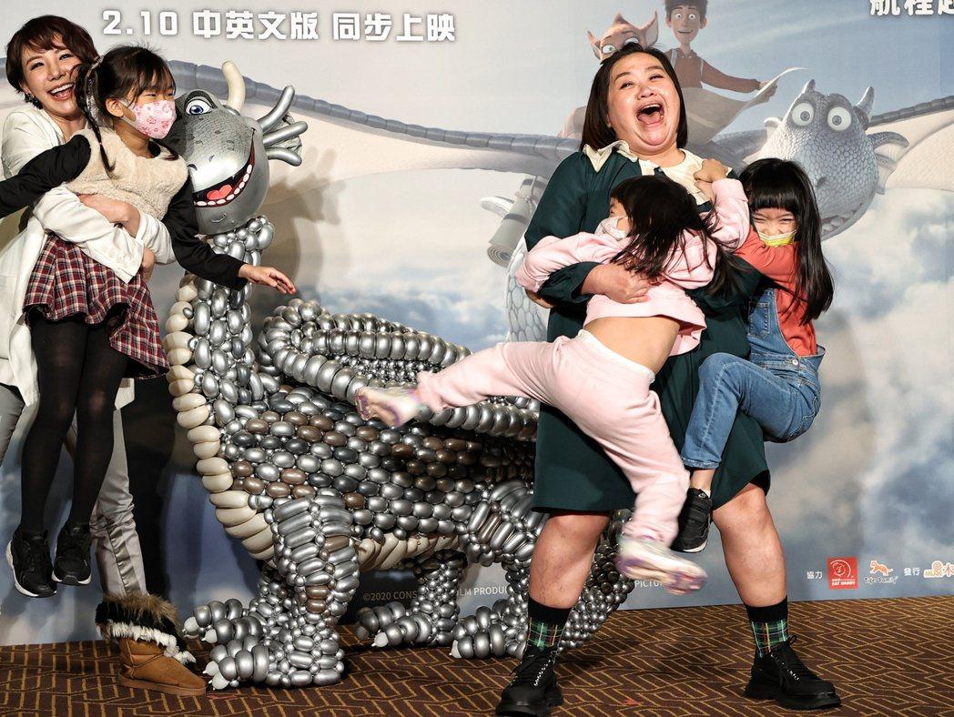 擔任「銀龍出任務」主角「飛克」中文配音的鍾欣凌(右)出席首映會,並與女兒逗趣互動...