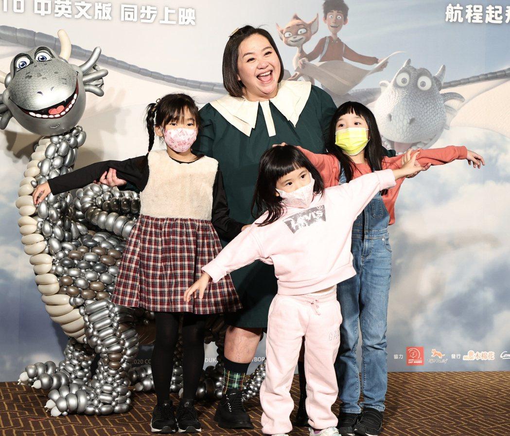 擔任「銀龍出任務」主角「飛克」中文配音的鍾欣凌帶女兒出席首映會。記者侯永全/攝影