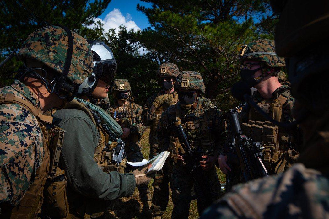 與日本海軍陸戰隊共同演習的美軍陸戰隊。 圖/美國海軍