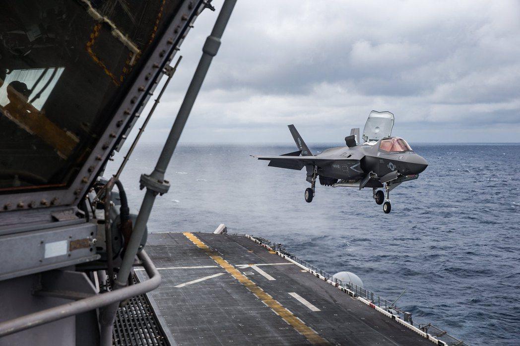 在菲律賓海上的美利堅號,F-35正準備降落。 圖/美國海軍