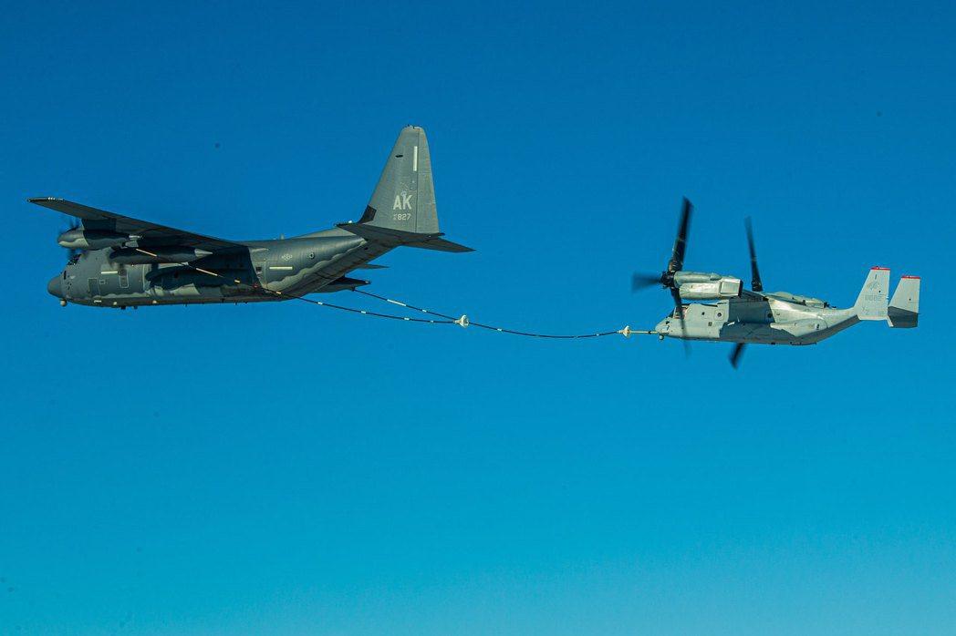 在夏威夷練習空中加油的MV-22B。 圖/美國空軍
