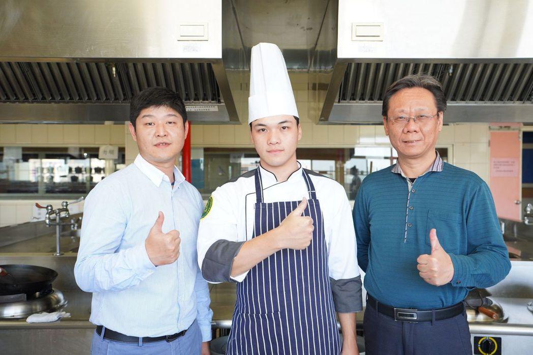 餐旅管理系蔡豐仁主任(右起)與陳以衡、指導老師蘇彥助理教授合影。 美和科大/提供