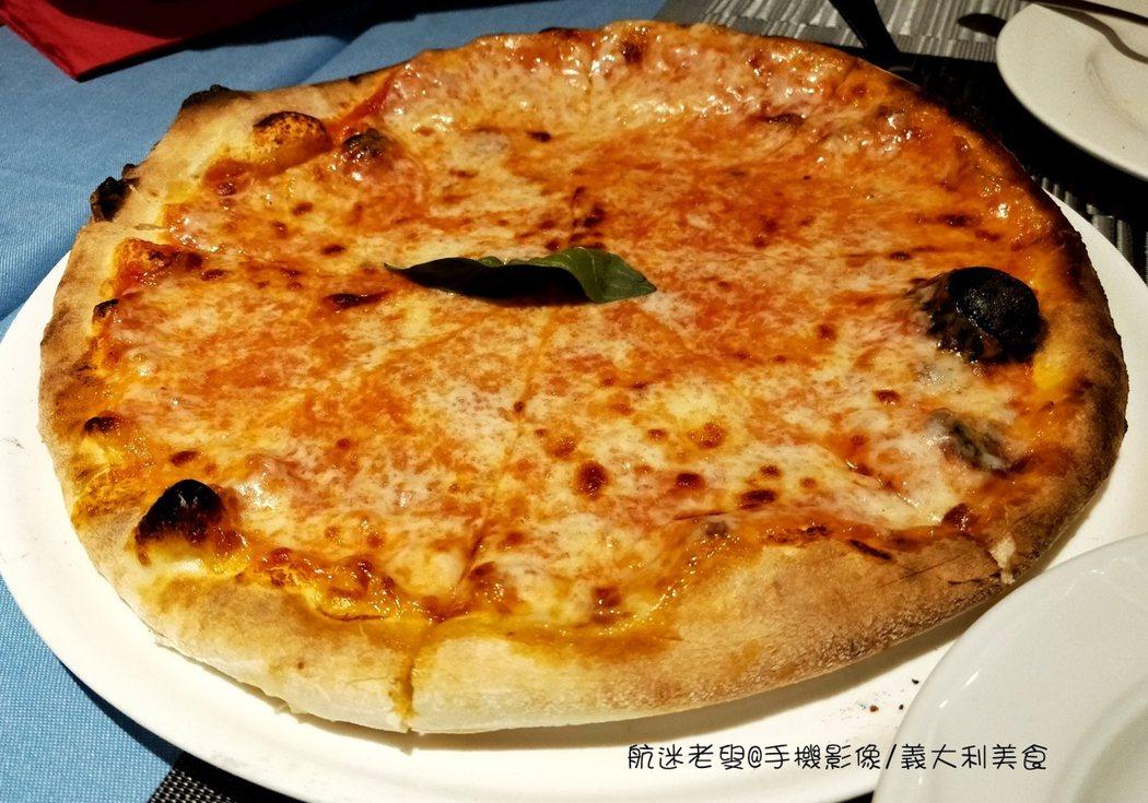 正宗義大利pizza只有芝士和臘肉,義大利人認為簡單才能突出食材的優質和新鮮,因此義大利人認為美式披薩,混雜著多種食材和醬汁的美式披薩並非正統披薩。