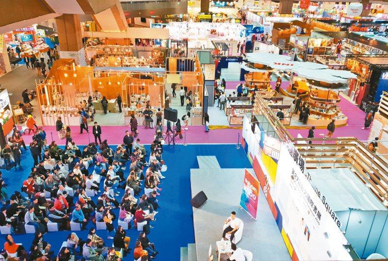 台北國際書展連兩年取消實體書展,但出版人認為實體書展可讓作者與讀者見面、召喚閱讀熱情,仍不可取代。本報資料照片