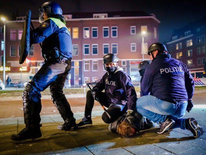 荷蘭警方廿五日晚間在鹿特丹和暴動民眾發生衝突時,逮捕一名男子。法新社