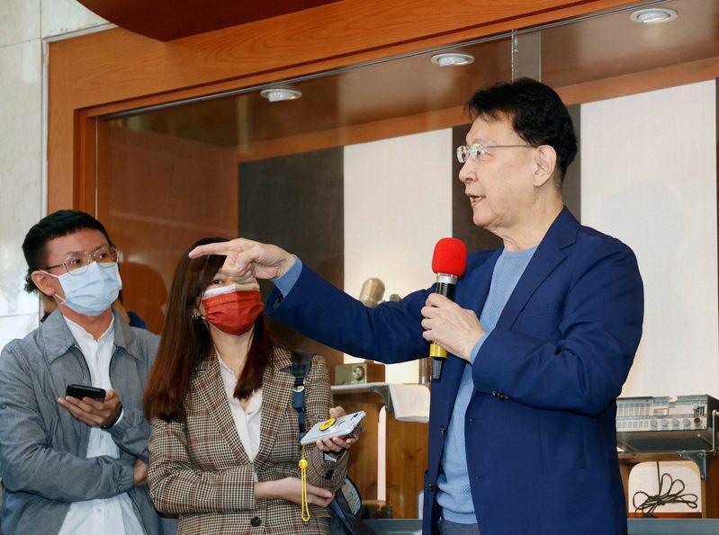 中廣董事長趙少康(右)上午舉行記者會,說明有意重返國民黨參選黨主席。記者鄭超文/攝影