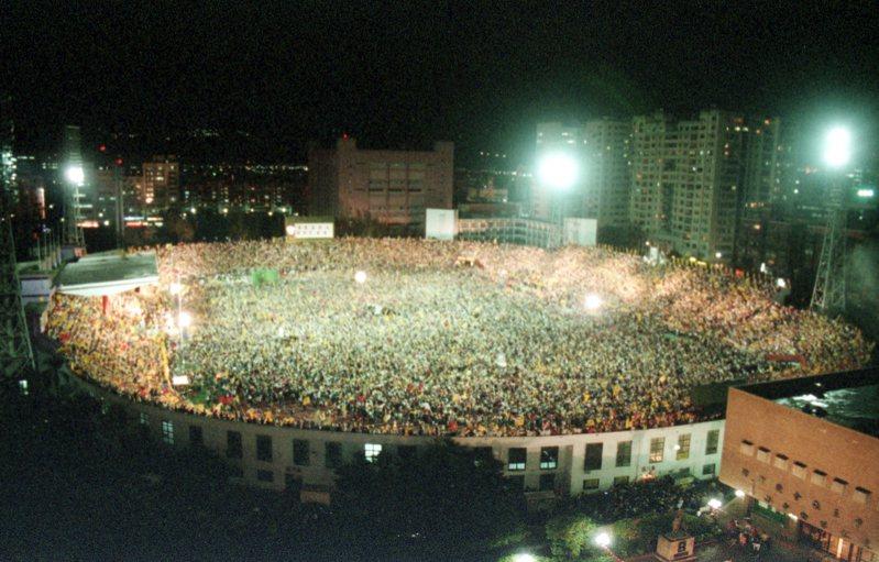 1994年台北市長選舉,新黨候選人趙少康視為支持者動員指標的「環保之夜」在台北市中正紀念堂舉行,場面浩大。圖/聯合報系資料照