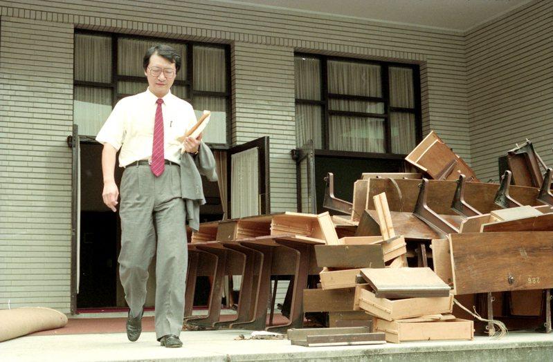 1990年立法院結束第八十五會期最後一天院會,立委趙少康走過翻修的議場外。圖/聯合報系資料照