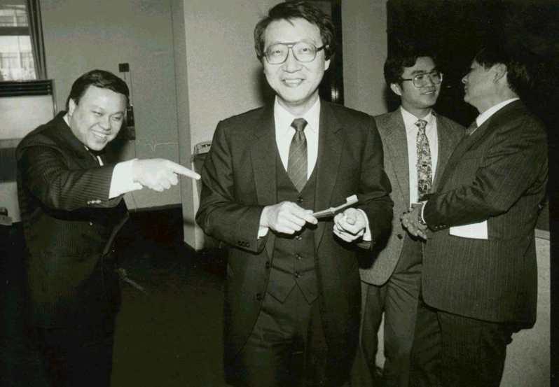 1989年立委趙少康平日喜好刷牙,他表示經常利用刷牙的時候,想一些問政「點子」。圖/聯合報系資料照