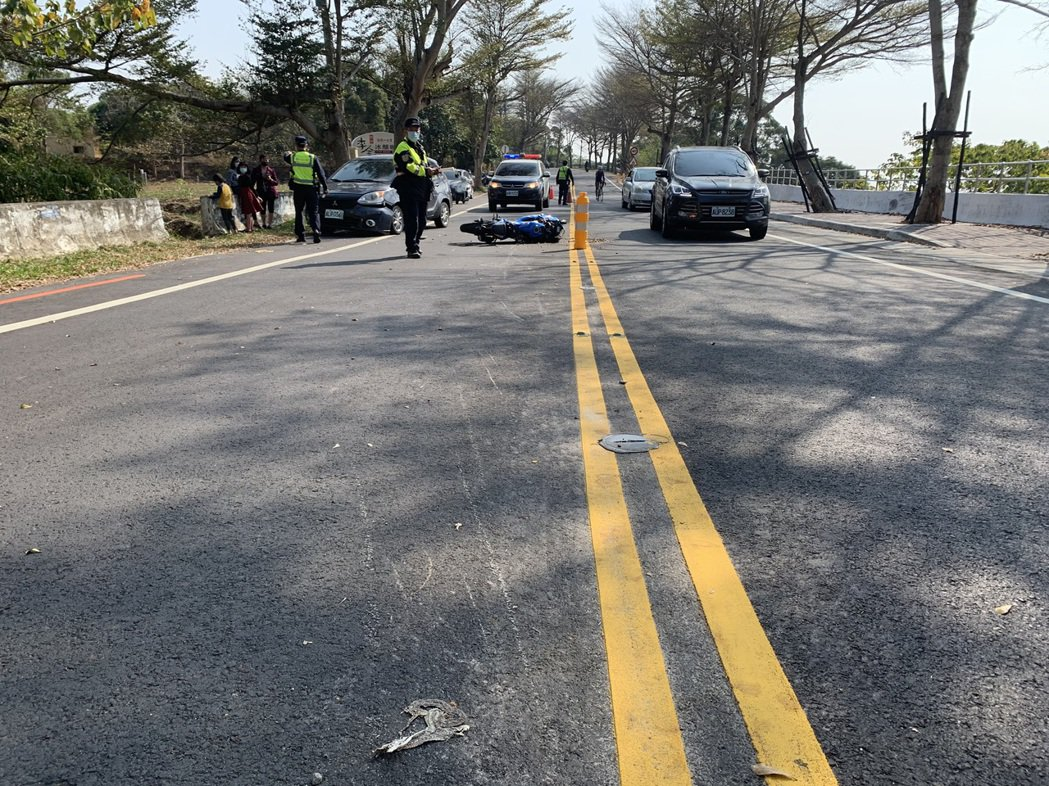 王男騎乘重機車行經139線過彎時連續撞斷數根路中央的防撞桿。圖/民眾提供