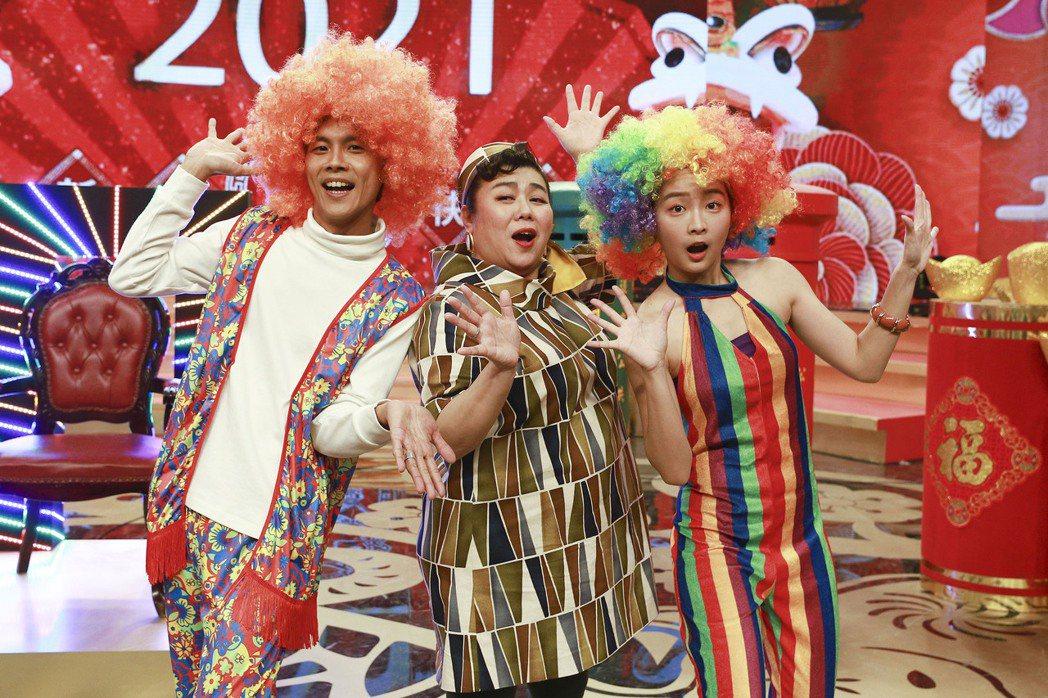 阿翔(左起)、林美秀和籃籃錄民視「民視第一發發發」。圖/民視提供
