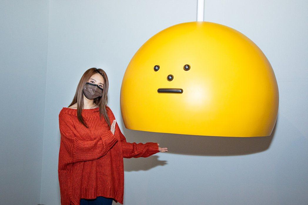 郭靜參觀「黏黏怪物」展覽,在展場玩得不亦樂乎。圖/雅慕斯提供