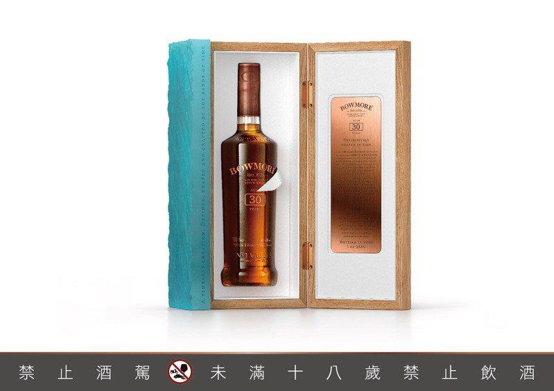 波摩30年單一麥芽蘇格蘭威士忌,酒精濃度45.3%,700毫升,建議售價72,000元。圖/台灣三得利提供。提醒您:禁止酒駕 飲酒過量有礙健康。