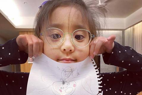 賈靜雯在臉書上發文透露女兒咘咘半年前因學校例行檢查,發現兩眼有高度視差600度,也就是俗稱的弱視,她自責喊:「天啊,我們怎麼可能都沒注意到呢?」原本擁有一雙水靈大眼的咘咘,現在都要戴上眼鏡,爸爸修杰...