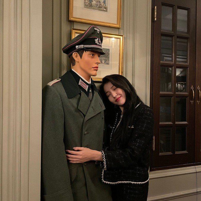 GFriend的隊長Sowon抱著身著納粹軍服的蠟像,招來嚴厲批評。圖/摘自In...