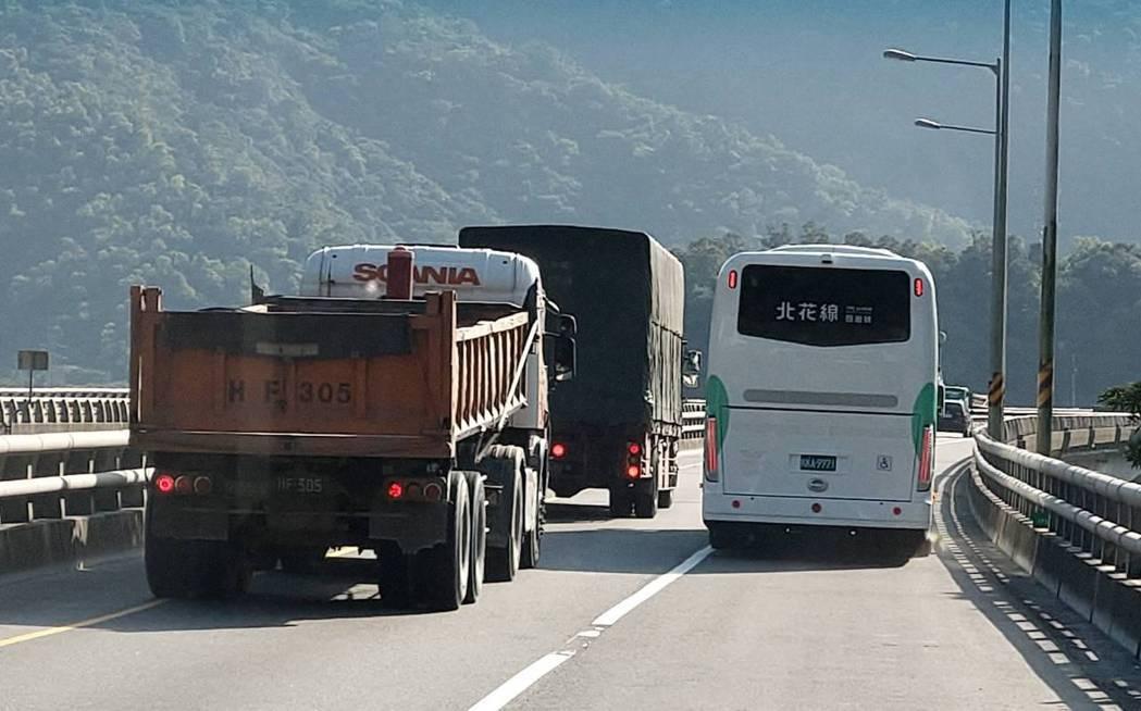 交通部公路總局將在春節期間,首度開放大客車可以行駛蘇花改走路肩 ,縮短行駛時間,...