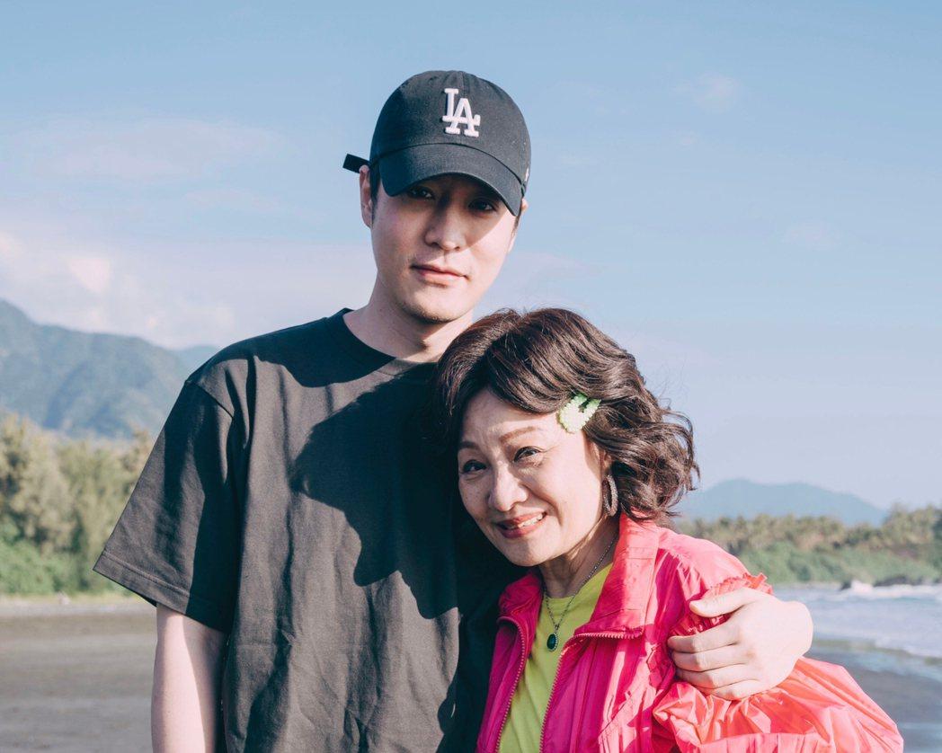 比莉(右)環島拍攝影集「媽,別鬧了」,身旁有帥兒周湯豪陪伴。圖/草舍文化提供