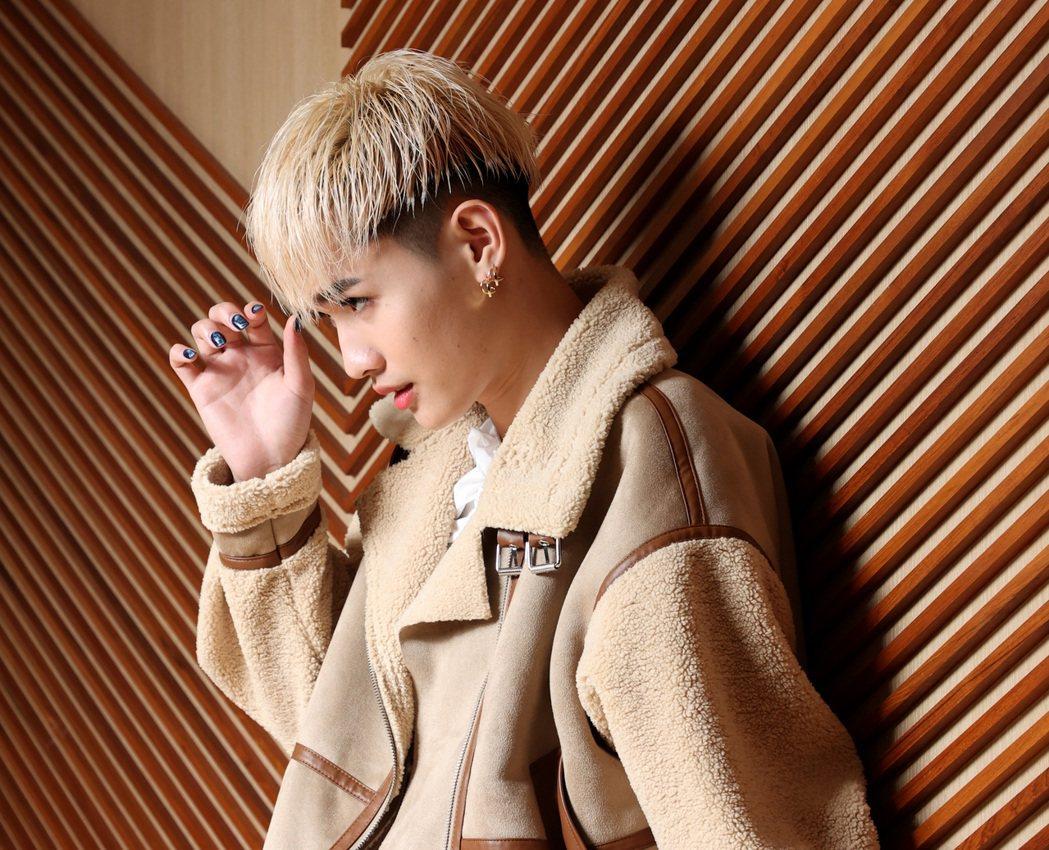 鍾明軒對外表很有自信。記者林澔一/攝影。記者林澔一/攝影