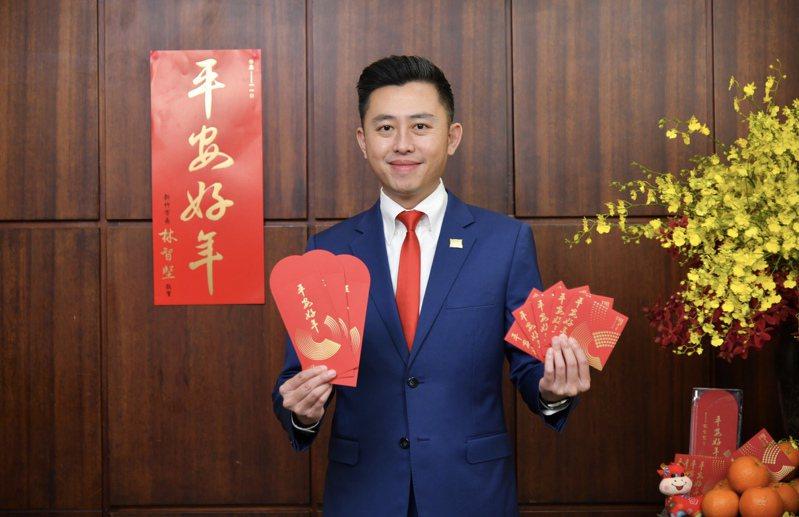 新竹市政府準備17萬份賀歲春聯和創意紅包袋及一元小紅包,市長林智堅歡迎民眾索取。圖/新竹市政府提供