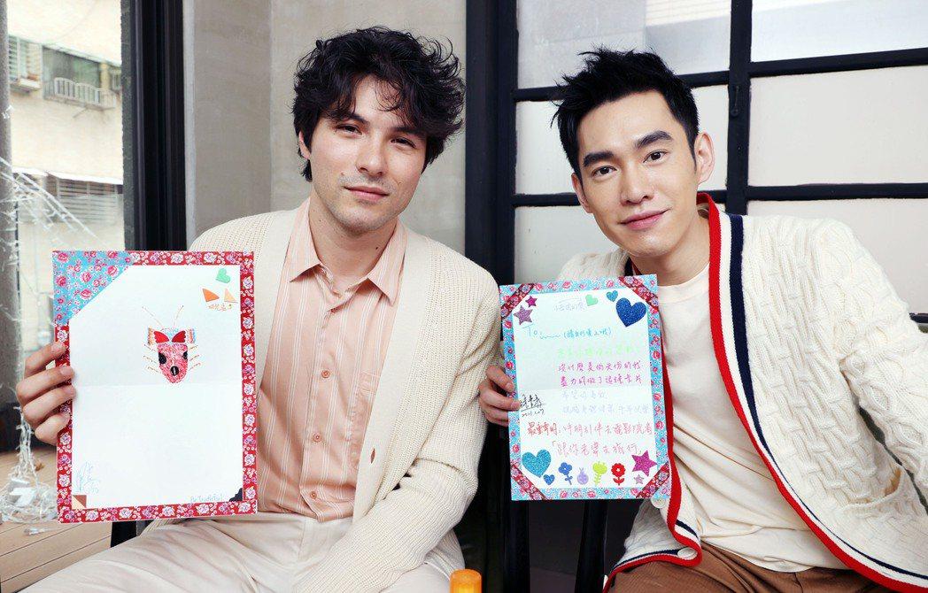 鳳小岳(左)、張書豪製作卡片向讀者拜年。記者杜建重/攝影