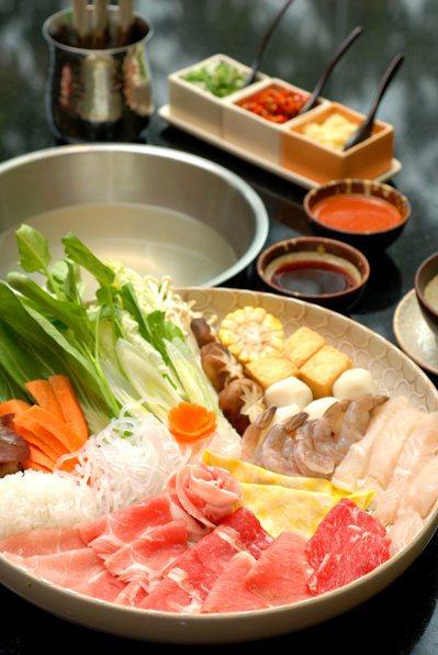 以肉片、魚片、蔬菜等取代傳統火鍋料。圖/123RF