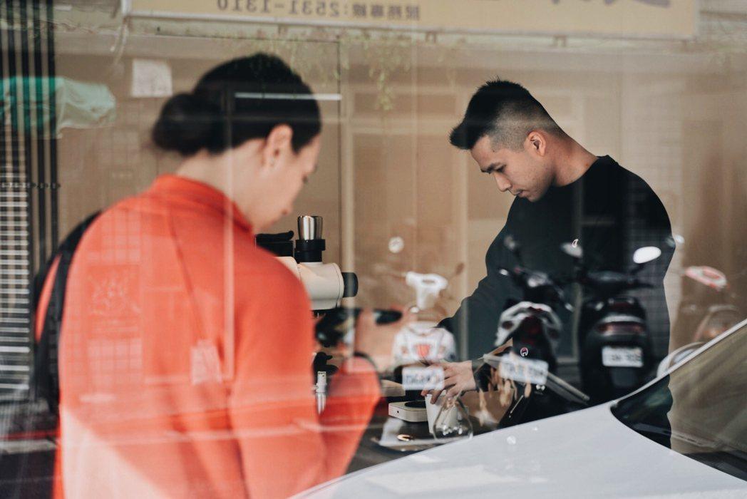 Brad刻意降低親手打造的吧台高度,縮短咖啡師與客人之間的距離,打造與客人互動的...