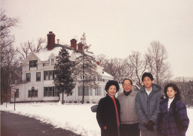 田玲玲曾隨錢復駐美,對丈夫的外交事業頗有貢獻。此為一家人當年在美國雙橡園合影。 ...