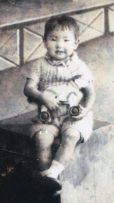 3歲的田玲玲手中拿著父母送的小木馬。 圖/取自50+(Fifty Plus)