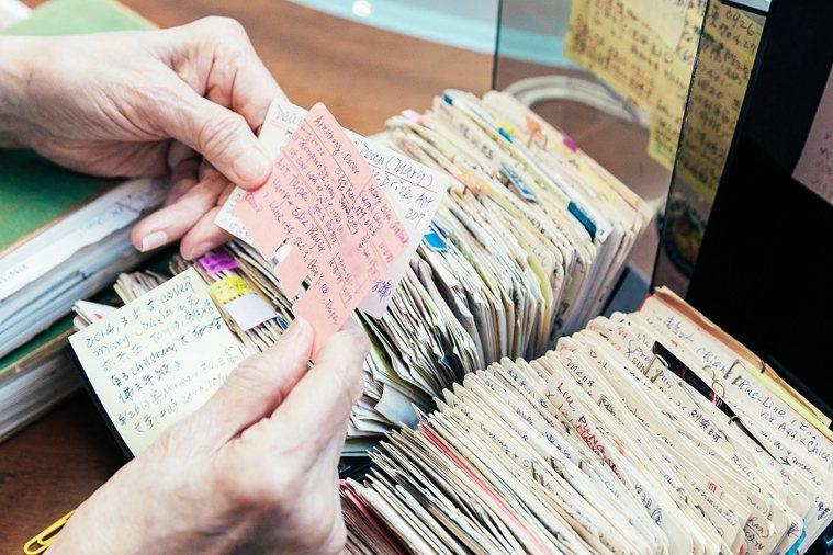 田玲玲收藏多年的檔案,記錄了往來對象的資訊。每張卡片,都是一段珍貴的情誼。 圖/...