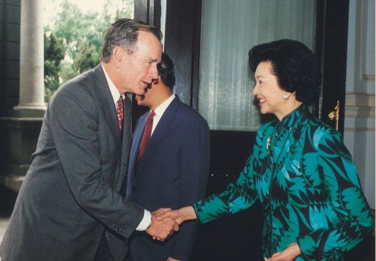 民國83年,田玲玲在台北賓館接待美國前總統布希及夫人芭芭拉來訪。 圖/取自50+...